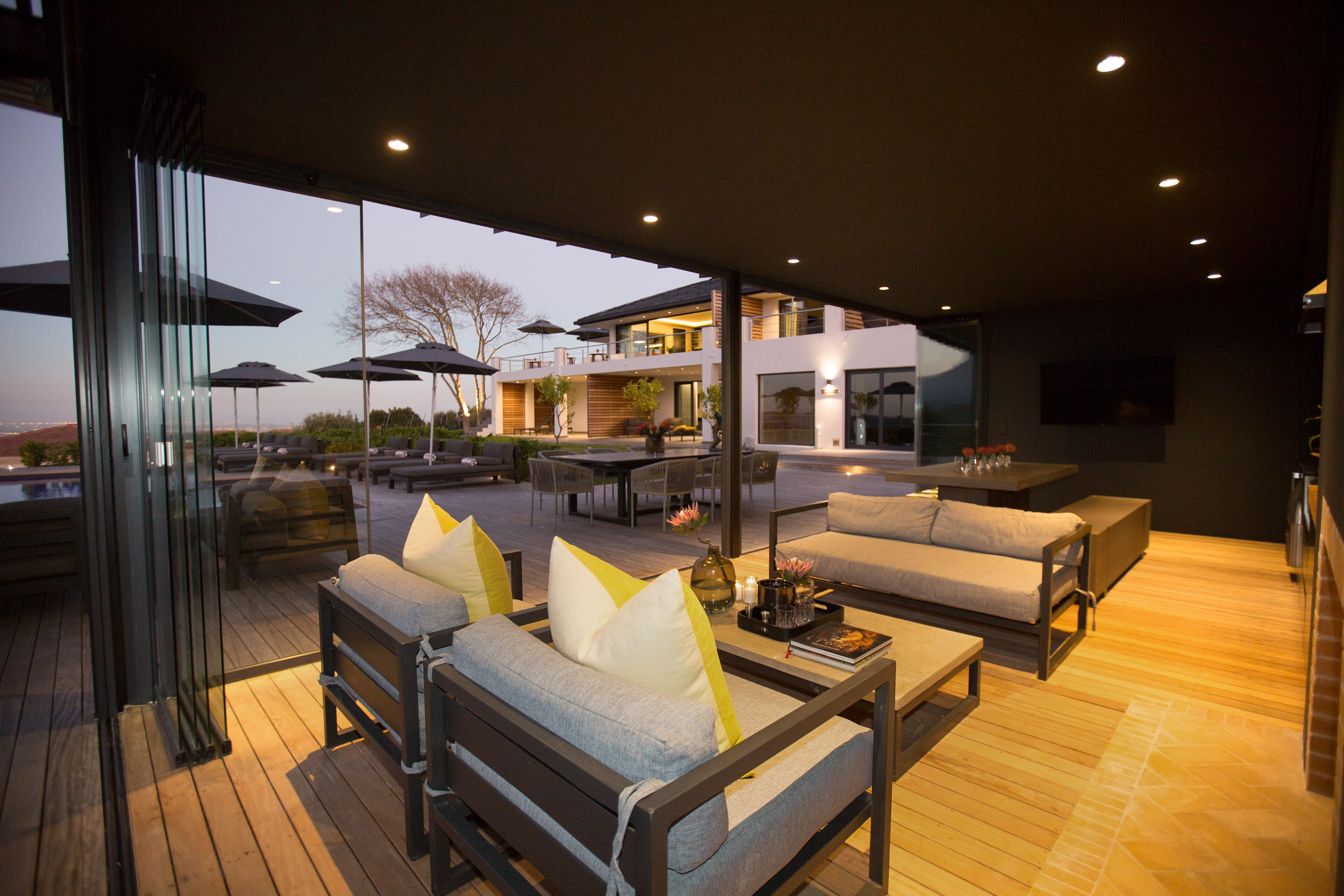Lounge with couches, table and proteas at Villa Lion View